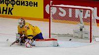 Švédský brankář Viktor Fasth inkasuje třetí gól v duelu s Dány.