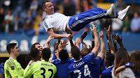 Kapitán a legenda Chelsea John Terry nad hlavami hráčů po zápase s Leicesterem.