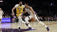 Spencer Dinwiddie (vpravo) z Brooklynu dribluje kolem Anthonyho Davise z Los Angeles Lakers.