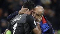 Italský trenér Gian Piero Ventura objímá brankáře Gianluigiho Buffona po prohře v baráži se Švédskem.