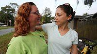 Meredith Mikell (vpravo) v objetí s ženou, kterou se jí podařilo zachránit.