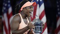 Americká tenistka Sloane Stephensová porazila ve finále US Open krajanku Madison Keysovou 6:3 a 6:0 a vyhrála první grandslamový turnaj v kariéře. Chvíle štěstí si užívala naplno a nemohla uvěřit, že má pohár pro šampiónku.