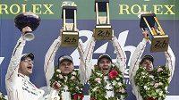 Jezdci Porsche 919 Hybrid ve složení Švýcar Neel Jani, Francouz Romain Dumas a Němec Marc Lieb se radují z vítězsví v Le Mans.