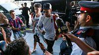 Neymar v obležení novinářů, fanoušků a policistů na letišti v Barceloně.