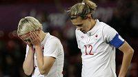 Zklamané kanadské fotbalistky Sophie Schmidtová (vlevo) a Christine Sinclairová po semifinálové prohře s USA