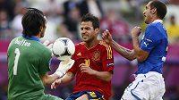 Španěl Cesc Fábregas (uprostřed) atakuje italského gólmana Gianluigiho Buffona.