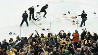 Fanoušci Bostonu Bruins zasypávají ledovou plochu čepicemi v tradičním rituálu po vstřelení hattricku, chvíle slávy si užíval český hokejista David Pastrňák.