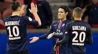 Edinson Cavani (uprostřed) a Zlatan Ibrahimovic slaví výhru PSG nad Remeší.