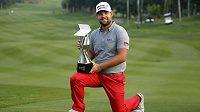 Ryan Moore s trofejí pro vítěze golfového CIMB Classic v malajském Kuala Lumpur.