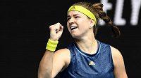 Vítězné gesto české tenistky Karolíny Muchové po derby s krajankou Plíškovou na Australian Open.