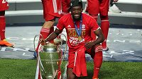 Kanadský fotbalista Bayernu Mnichov Alphonso Davies s trofejí pro vítěze Ligy mistrů.