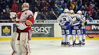 Hokejisté Komety Brno oslavují gól, který vstřelili brankáři Slavie Dominiku Furchovi.