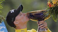Britský cyklista Chris Froome líbá trofej za triumf na Tour de France.