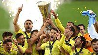 Žlutá ponorka slaví. Fotbalisté Villarrealu poprvé vyhráli Evropskou ligu. Ve finále porazili Manchester United v dramatickém penaltovém rozstřelu 11:10. V normální hrací době i po prodloužení zápas skončil 1:1.