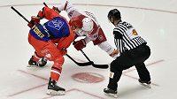 Třinecký hokejista Tomáš Marcinko nastoupil v utkání Ligy mistrů ve speciálním dresu pro nejlepšího střelce týmu. Na vhazování proti němu stojí Sergej Drozd z Minsku.
