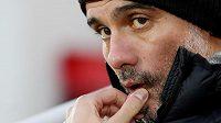 Španělský fotbalový trenér Manchesteru City Josep Guardiola sleduje dění na hřišti před duelem Premier League proti Liverpoolu