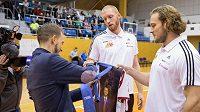 Leopold König uvazuje v rámci křtu kalendáře kravatu za asistentce basketbalistů Bretta Rosebora a Garreta Kerra (vpravo).
