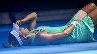 Alize Cornetové se během zápasu na Australian Open kvůli horku udělalo nevolno.
