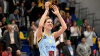 Basketbalistka USK Praha Jana Veselá slaví s fanoušky vítězství nad Fenerbahce a postup do finále.
