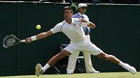 Srb Novak Djokovič během zápasu proti Philippovi Kohlschreiberovi v úvodním kole Wimbledonu.