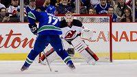 Radim Vrbata z Vancouveru najíždí na brankáře New Jersey Devils Coryho Schneidera.