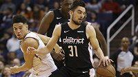 Rozehrávač Washingtonu Wizards Tomáš Satoranský (31) v akci během utkání NBA.