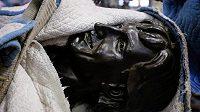 Wayne Gretzky se stěhuje. Bronzová socha, která váží 430 kilo, projde také úpravami.