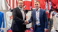 Předseda FAČR Martin Malík (vlevo) a nový trenér české fotbalové reprezentace Jaroslav Šilhavý.