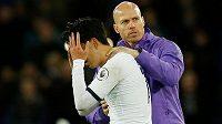 Vyloučený fotbalista Tottenhamu Son Hung-min opuští hřiště poté, co se v souboji s ním ošklivě zranil záložník André Gomes z Evertonu.