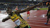 Jamajčan Usain Bolt se raduje z vítězství na Hrách Commonwealthu po štafetě 4x100 metrů.