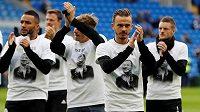 Fotbalisté Leicesteru si před zápasem v Cardiffu oblékli na počest tragicky zesnulého majitele klubu speciální trička.