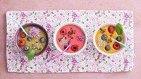 Smoothie bowl má nekonečno podob. Na posyp se hodí ořišky, semínka, ovoce, müssli...