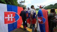 Slovenští fandové s vlajkou a správným znakem.