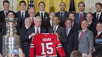 Prezident Spojených států amerických Barack Obama a prezident Chicaga John McDonough s dresem Blackhawks.