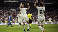 Fotbalisté Realu Madrid Gareth Bale (vlevo) a Marco Asensio slaví gól proti Getafe.