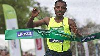 Etiopský vytrvalec Kenenisa Bekele jako první protíná cílovou pásku maratónu v Paříži.