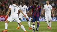 Lionel Messi bojuje s přesilou hráčů PSG.