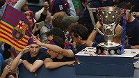Barcelonský Andres Iniesta (vlevo) při oslavách titulu.