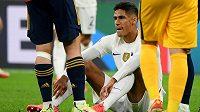Zraněný Francouz Raphael Varane při utkání se Španělskem.