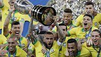 Dani Alves coby kapitán dovedl Brazílii k vítězství na nedávné Copě América. Nyní je ale bez angažmá.