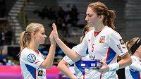 Eliška Krupnová si odnáší cenu pro nejlepší hráčku a plácá si s Kamilou Paloncyovou.