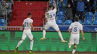 Ostravský Ondřej Šašinka (uprostřed) se raduje ze svého vítězného gólu ve čtvrtfinále MOL Cupu. Vlevo Daniel Holzer a vpravo Adam Jánoš.
