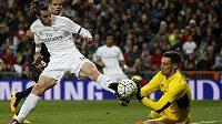 Gareth Bale (vlevo) z Realu Madrid v utkání proti Seville.