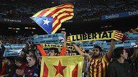Barcelonští fanoušci během utkání s Realem Madrid.