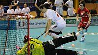 Lucie Paulovičová (vpravo) dobíhá míček před švýcarskou brankářkou Monikou Schmidovou a Flurinou Martiovou.
