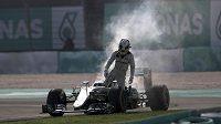 Pilot Mercedesu Lewis Hamilton opouští v Sepangu svůj nepojízdný vůz.