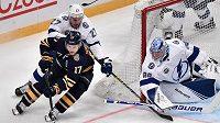Útočník Buffala Vladimír Sobotka (17) se přes obránce Tampy Ryana McDonagha (27) snaží procpat před brankáře Andreje Vasilevského během utkání NHL ve Stockholmu.