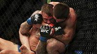 Chabib Nurmagomedov (u klece) obhájil pás šampiona lehké váhy na galavečeru UFC 242 v Abú Dhabí, když ve třetím kole uškrtil Američana Dustina Poiriera.
