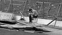 Fotografie, která se stala ikonou tragédie v Hillsborough. Dave Roland sedí po neštěstí, při nemž zahynulo 96 lidí, mezi troskami s hlavou v dlaních.