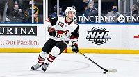 Po čtrnácti sezonách strávených v NHL ukončil kariéru švédský obránce Niklas Hjalmarsson, trojnásobný vítěz Stanelyova poháru.